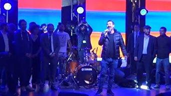 Лидер рок-группы System of a Down Серж Танкян на митинге в Ереване. Видео