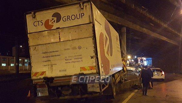 В Киеве пьяный водитель грузовика протаранил опору путепровода