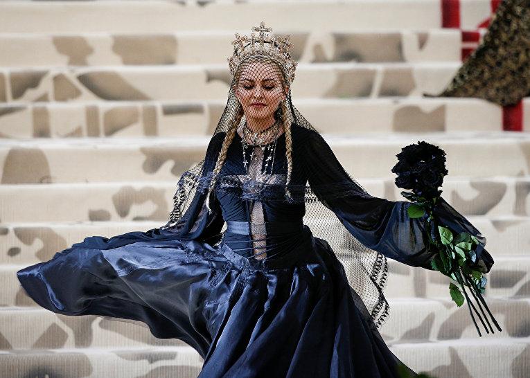Красная дорожка Met Gala 2018. Певица Мадонна на балу Института костюма Met Gala 2018.