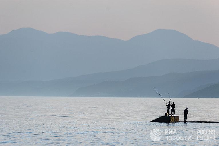 Морская рыбалка в поселке Рыбачье в Крыму.