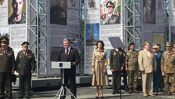 Петр Порошенко выступает по случаю Дня памяти и примирения