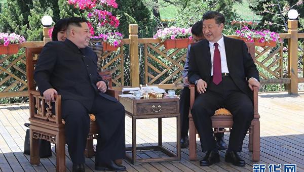 Председатель КНР Си Цзиньпин и лидер КНДР Ким Чен Ын