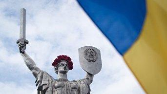 Монумент Родина-Мать в Киеве украсили маковым венком