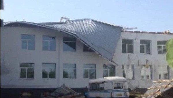 Сорванная ветром крыша школы