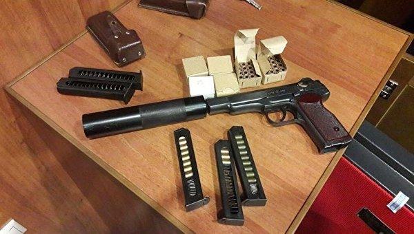 Предмет, похожий на пистолет Стечкина с глушителем