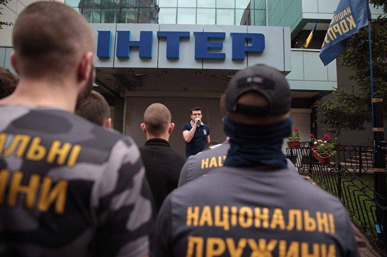 Нацкорпус пикетирует телеканал Интер
