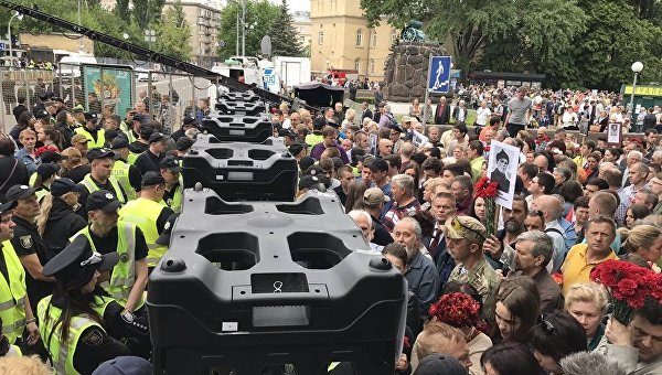 Акция Бессмертный полк в Киеве: пришли националисты и участники акции. Полиция националистов не пропускает, есть задержанные