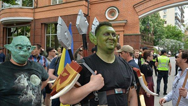 В Киеве недалеко от станции метро Арсенальная появились люди главы партии «Братство» Дмитрия Корчинского, в масках монстров из компьютерных игр