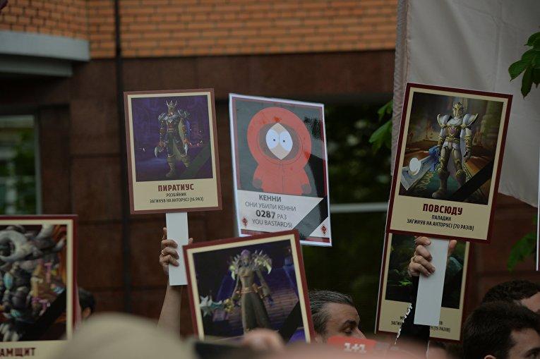 В Киеве недалеко от станции метро Арсенальная появились люди главы партии «Братство» Дмитрия Корчинского, несут портреты монстров из компьютерных игр