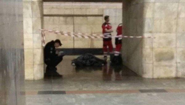 Труп посреди платформы станции метро Кловская в Киеве