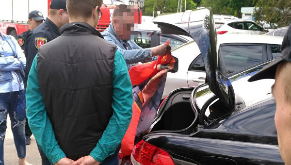 В Одессе задержали водителя иномарки с советским флагом