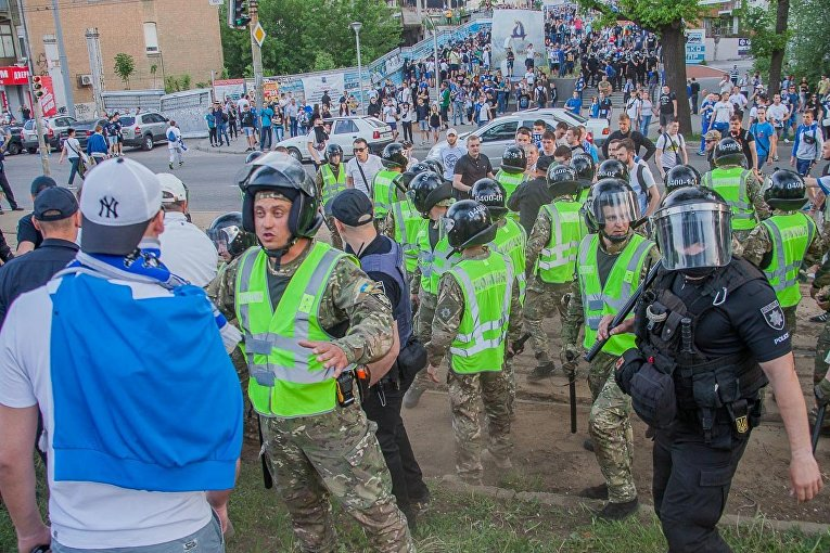 Фанаты Динамо и Шахтера подрались с полицией