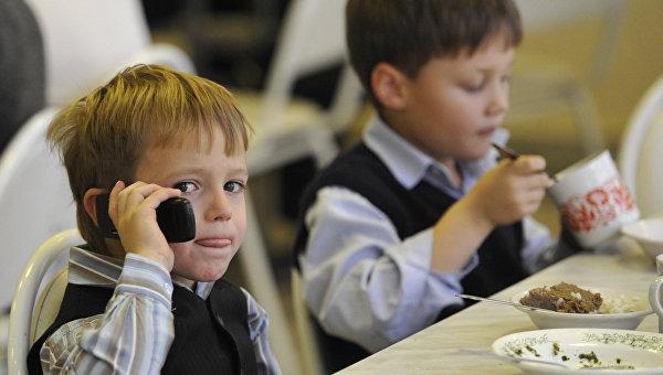 Школьник с мобильным телефоном