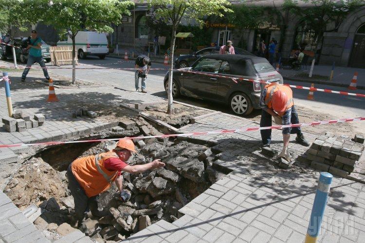 В центре Киева автомобиль провалился под землю