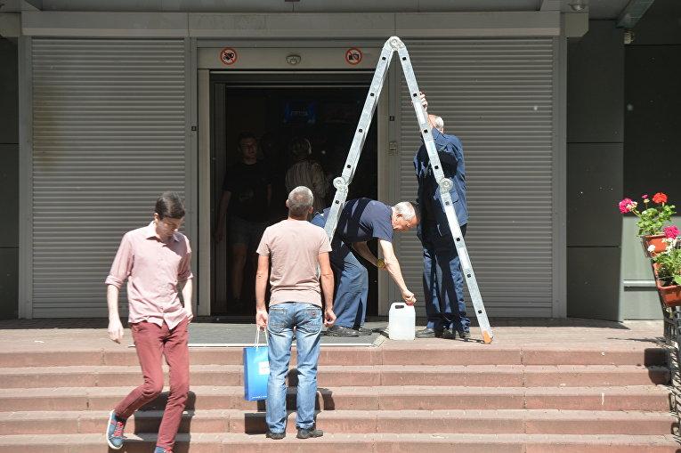 Вход на канал Интер очищают от осады Нацкорпуса