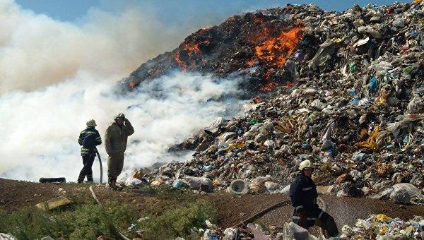 На месте пожара на мусорной свалке