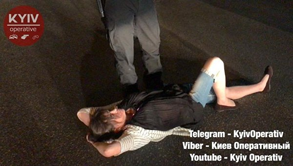 Пьяная женщина-водитель легла поперек дороги из-за остановки полицией