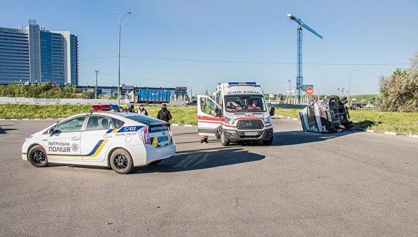 В Киеве на столичном шоссе утром 11 мая перевернулась скорая помощь
