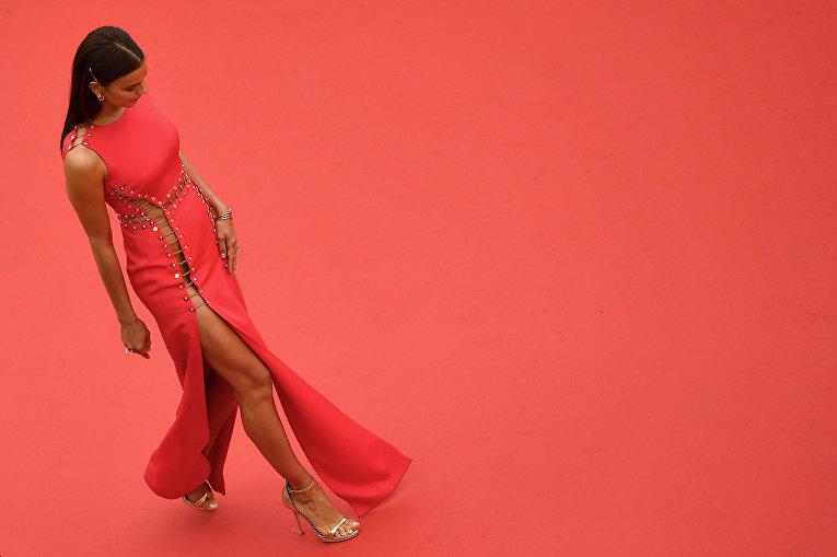 Модель Ирина Шейк на красной дорожке в Каннах