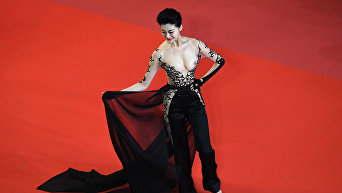 Таинственная незнакомка азиатского происхождения шокировала Каннский фестиваль обнаженной грудью