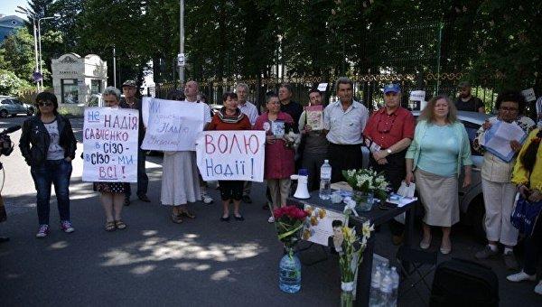 Группа сторонников Надежды Савченко в ее день рождения возле Управления СБУ