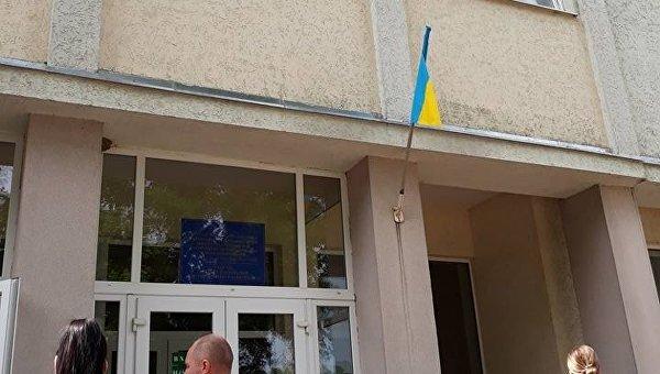 Перед визитом премьера Гройсмана со школы в Закарпатье сняли флаг Венгрии