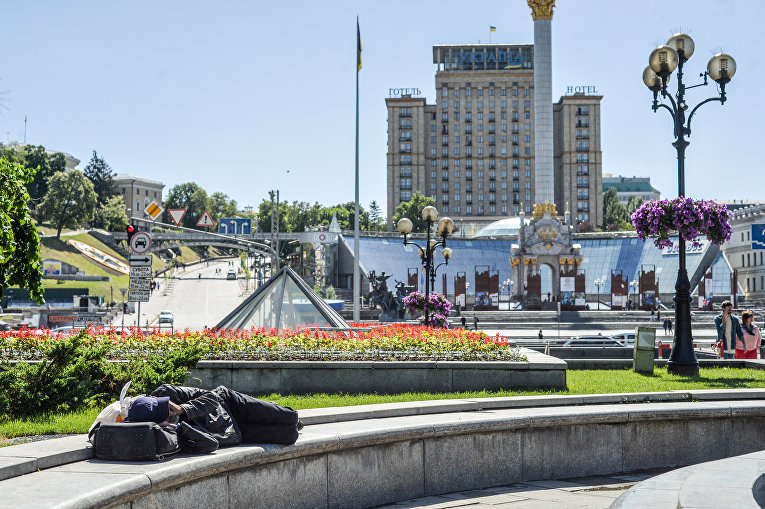 Бездомный спит в центре Киева