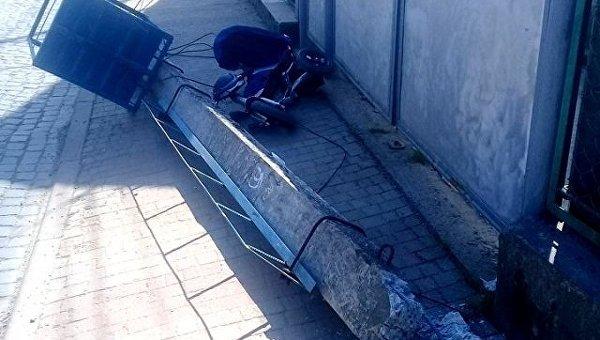 На месте падения столба, в результате чего погиб ребенок в Мукачево
