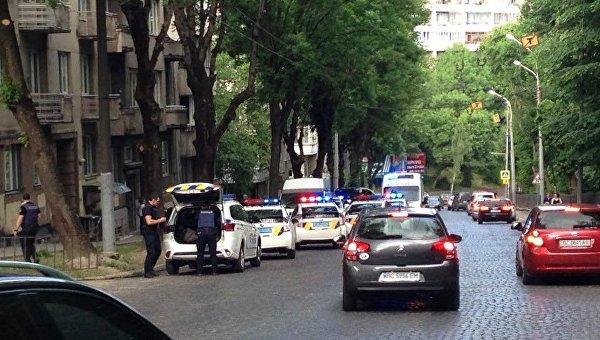 Во Львове участник ДТП ударил ножом в живот девушку-полицейского