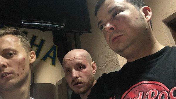 Пострадавший Александр Шуфрич (крайний слева) с друзьями