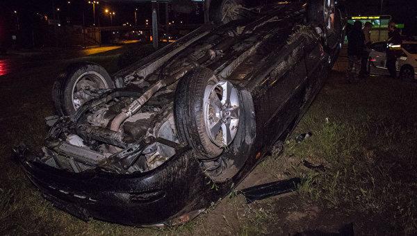 В Киеве пьяная компания перевернулась в машине