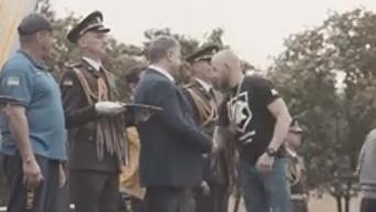 Ветеран Азова отказался пожать руку Порошенко. Видео