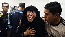 Родственники палестинцев, пострадавших в столкновениях с израильскими военными на границе сектора Газа и Израиля