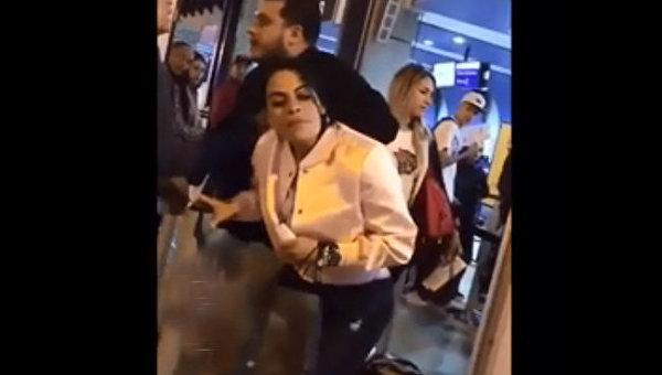 В аэропорту Колумбии ревнивая жена вцепилась в волосы и не дала мужу улететь с любовницей