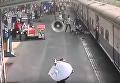 В Индии военный вытащил девочку из-под движущегося поезда. Видео