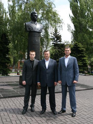 Виктор янукович с сыновьями виктором