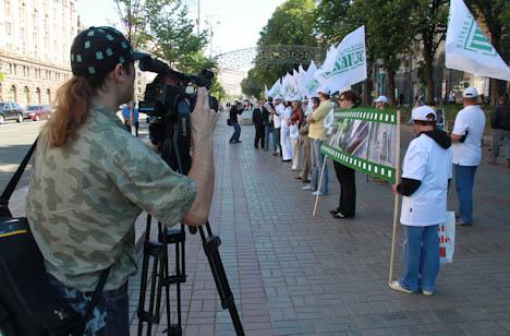 акция в защиту животных столичного зоопарка состоялась 26 мая в киеве. фото: © риа новости. сергей тышковец.