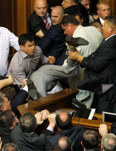 В Раде подрались депутаты из-за объявленного Рыбаком перерыва