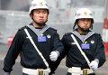 Китайские военнослужащие во время патрулирования территории порта Циндао в Китае