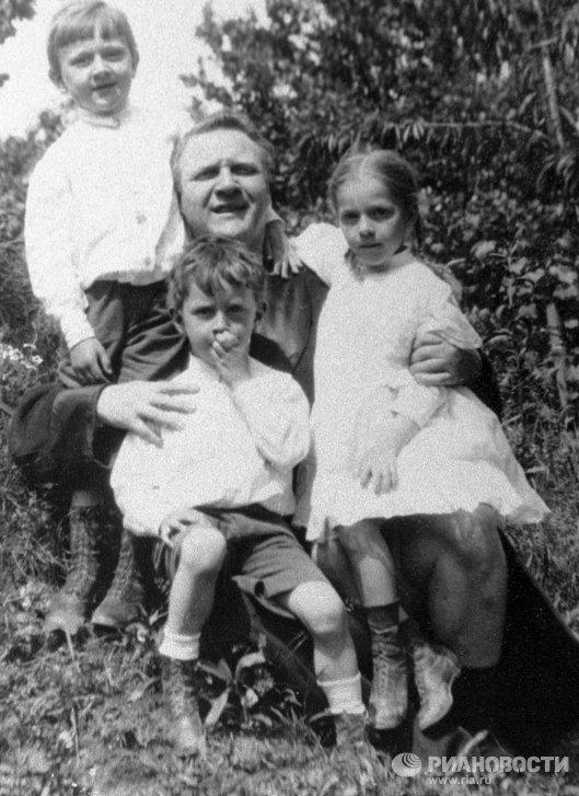 Федор Шаляпин с детьми