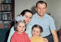 Гагарин с женой и дочерьми