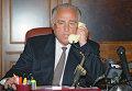 В.Черномырдин во время разговора по телефону с Ш.Басаевым