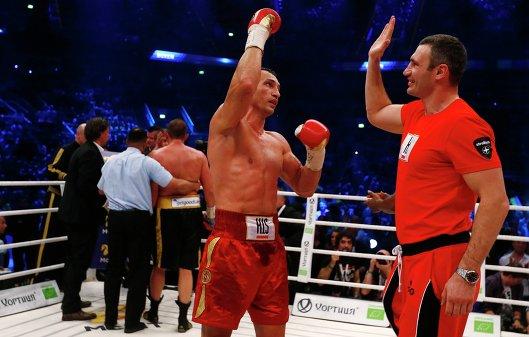 Владимир и Виталий Кличко после поединка Владимира против Франческо Пьянета