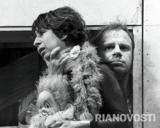 Ахеджакова и Леонтьев в спектакле Стена
