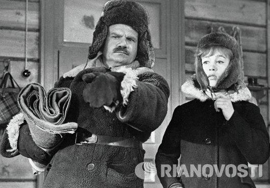 Надежда Румянцева и Михаил Пуговкин в фильме Девчата