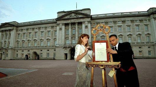 Свидетельство о рождении принца Кембриджского вывешивают у Букингемского дворца