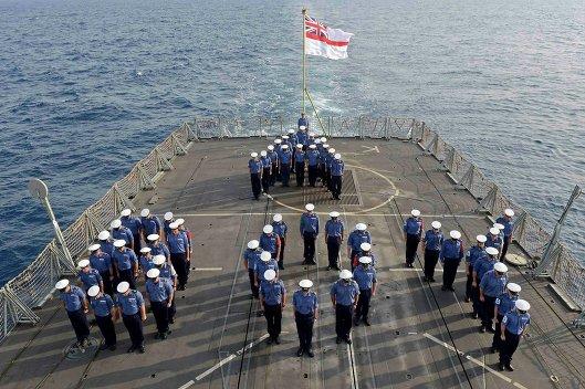 Команда фрегата HMS Lancaster образует слово мальчик, отмечая рождение принца Кембриджского