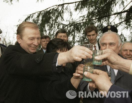 Леонид Кучма и Виктор Черномырдин на встрече с ветеранами ВОВ