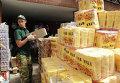 Волонтеры раздают продовольствие. Архивное фото