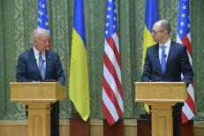 Вице-президент США Джозеф Байден и Арсений Яценюк. Архивное фото
